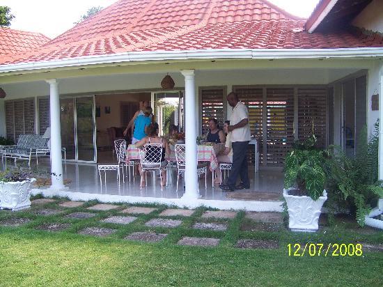 Carousel Villa : Breakfast is served