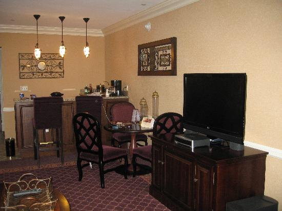Marksville, LA: Atrium suite- living room