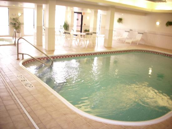 Courtyard Dayton Beavercreek: Pool area smelled heavily of clorine and was very warm inside.  Good for winter time, but must b
