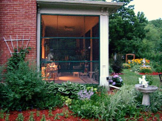Aldrich Guest House: Screened in porch