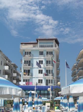 Manila Hotel : The hotel from the beach.