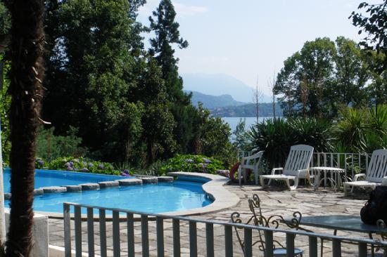 Hotel Villa Carlotta: The swimmingpool in the park