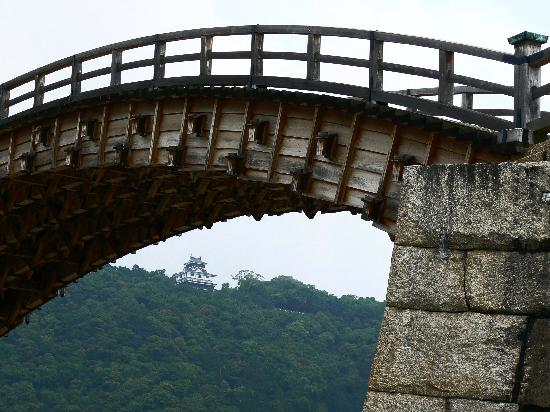 Pont de Kintaikyo : Iwakuni Castle framed by Kintaikyo Bridge