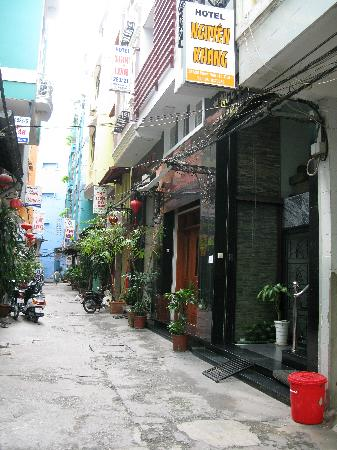 Nguyen Khang Hotel: quiet alley