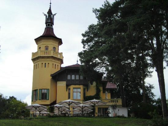 Hotel Schloss Hubertushöhe: Looking up to Dining Terrace