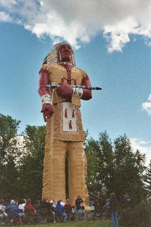 ไอรอนวูด, มิชิแกน: Hiawatha-World's Tallest Indian statue downtown Ironwood