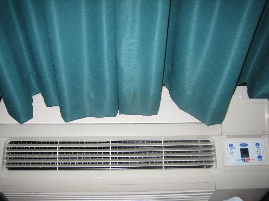 Stonegate Lodge: AC (don't leave the door open or it will freeze) a/c was cold B+