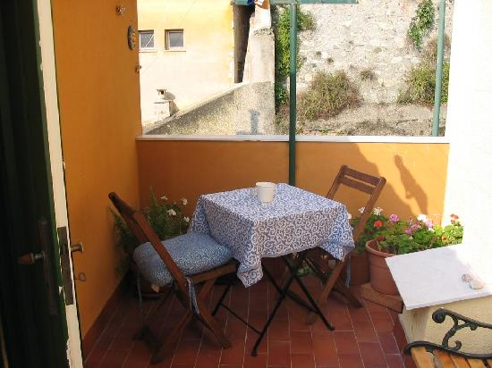 Lunartista Bed and Breakfast: balcone camera rosa blu