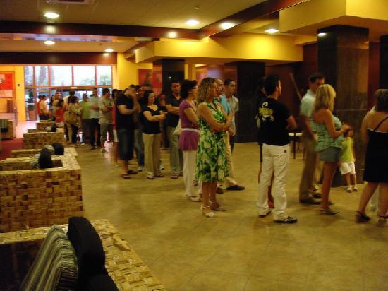 Best Alcazar Hotel: Cola hasta la calle para las comidas