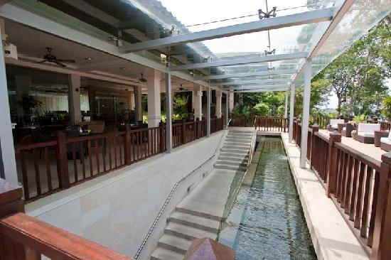Century Langkawi Beach Resort: Stairs down to the lower level