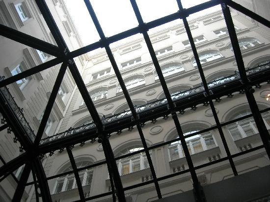 Starhotels Savoia Excelsior Palace: Vista dal lucernario della libreria