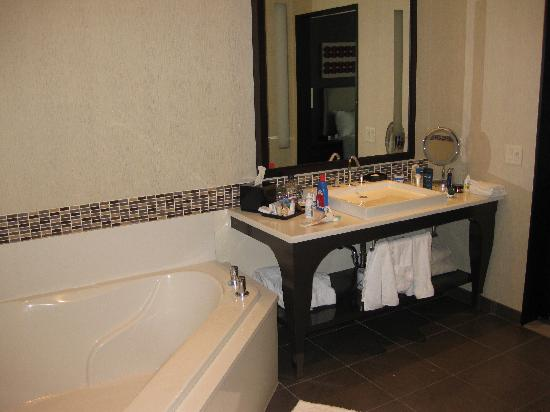 theWit - A DoubleTree by Hilton: Tub in  huge bathroom