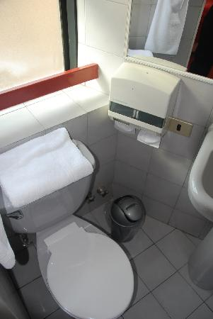 La Fayette Suites Providencia: the toilet