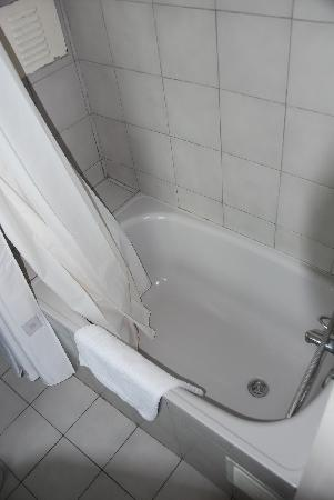La Fayette Suites Providencia: the smallest bathtube I ever seen is only to hold the shoer water