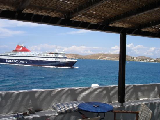 Panta Rei: Eine Fähre steuert den Hafen an