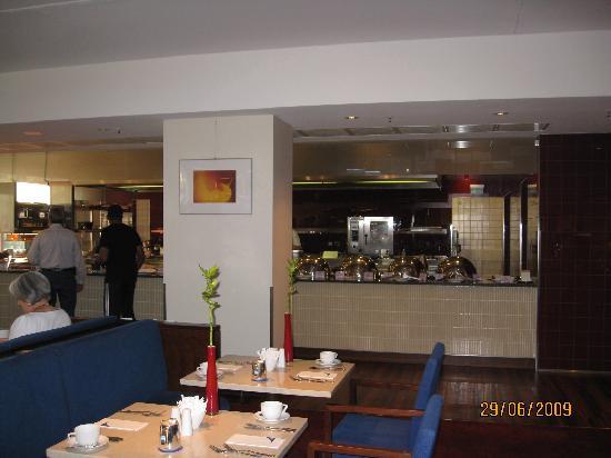 เชอราตันแฟรงเฟิร์ต แอร์พอร์ทโฮเต็ล&คอนเฟอเรนซ์ เซ็นเตอร์: At the far end you can see the area for the hot breakfast buffet.