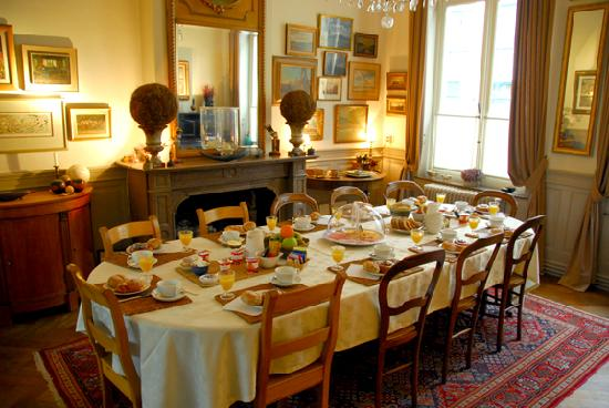 Dieltiens Gastenkamers Guestrooms: Breakfast table all set.
