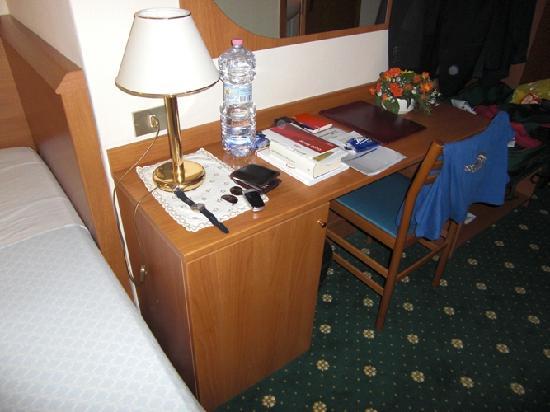 Hotel Helvetia: Wo soll die zweite Person in diesem Zimmer sitzen?