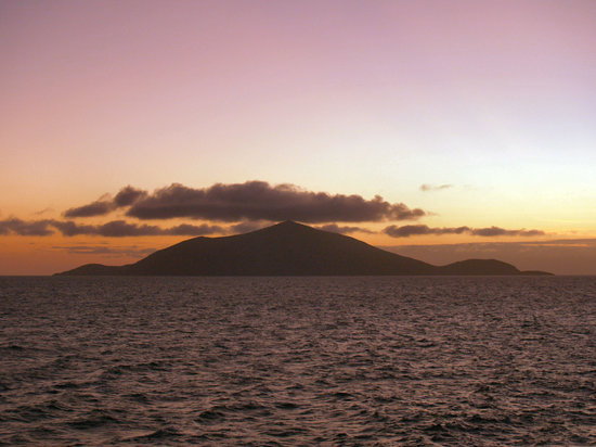 Isole Galapagos, Ecuador: Sunset over Rabida Island
