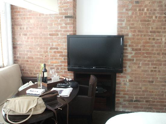 The Mercer Hotel: Studio bedroom TV/Brick wall