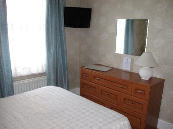 Cheltenham Lodge: Large flat-screen tv in room 3