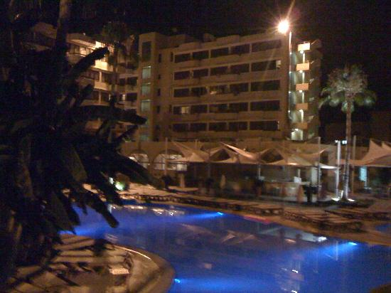 Atlantica Oasis Hotel: night pic of pool area