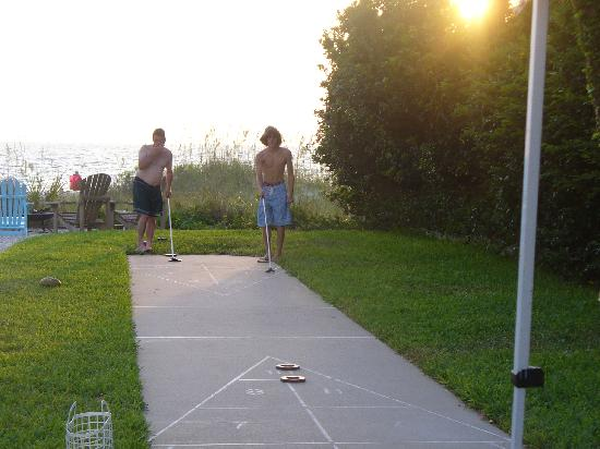 Tommy's on the Beach: Enjoying a game of shuffleboard