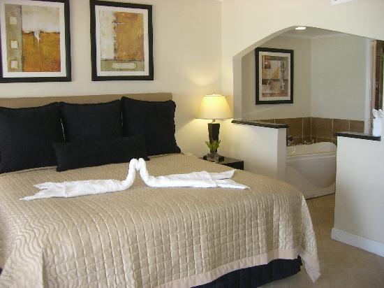 Divi Little Bay Beach Resort: Bedroom of Beachfront Deluxe timeshare room