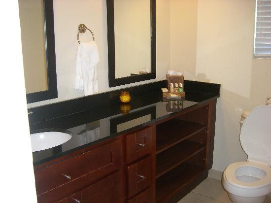 Divi Little Bay Beach Resort: Bathroom of One Bedroom Deluxe Hotel Room