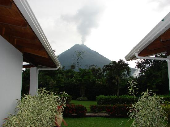 Hotel Villas Vilma: Our view of Arenal.
