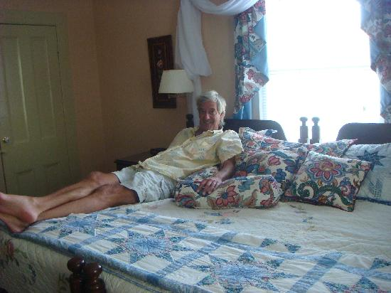 Harmony House Inn: The bed was huge!