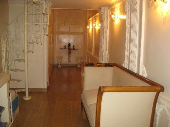 SuitesRome : inner hallway