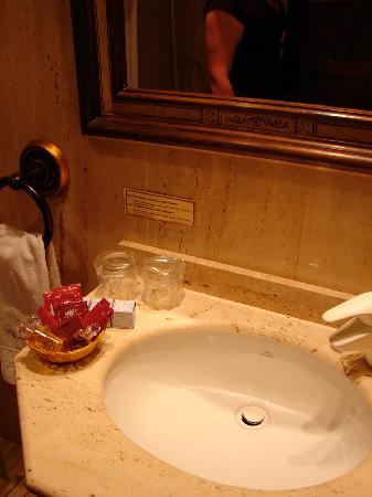 Microtel Placentinos: Bathroom