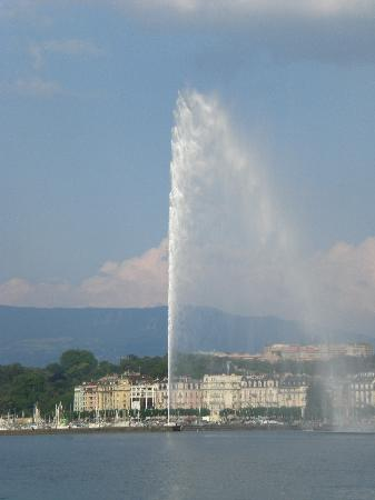 Hotel de Geneve: The water spout on the Lake of Geneva