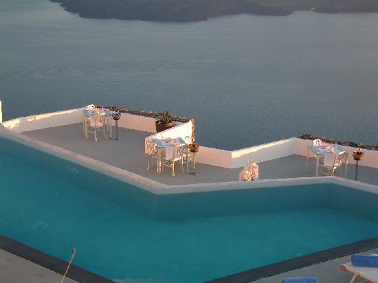 Grace Santorini Hotel: infinaty pool and terrace restaurant