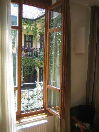 Casati Budapest Hotel : Courtyard view from bedroom