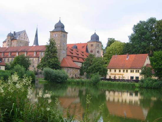 Schloss Thurnau: Hinterm Schloß vom Garten/Teich aus