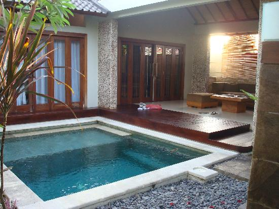 Grand Akhyati Villas and Spa: Pool and living room area