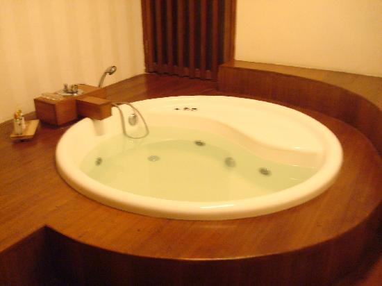 Grand Akhyati Villas and Spa: Jacuzzi bath tub