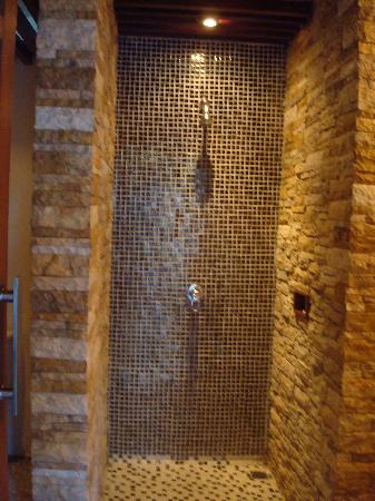 Grand Akhyati Villas and Spa: Shower