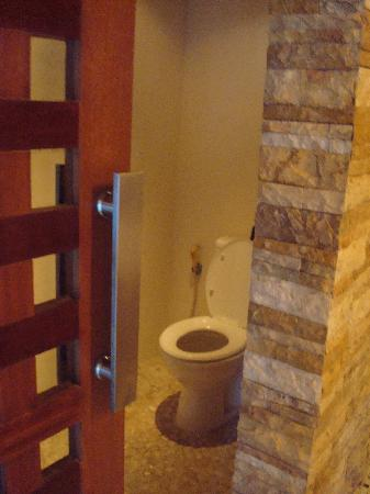 Grand Akhyati Villas and Spa: Toilet