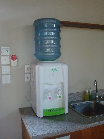 Grand Akhyati Villas and Spa: Hot and cold water dispenser