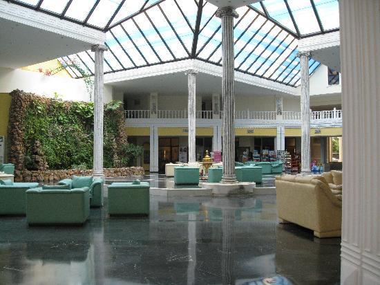 Holiday Resort Hotel: Hotel lobby