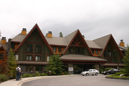 WorldMark Canmore-Banff : Main entrance and unloading area for cars