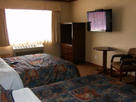 Prestige Inn Golden: Note the TV and heating/cooling unit