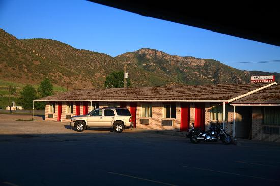 Malad City, ไอดาโฮ: View from my room's front door across I-15 to the mountains beyond. Me N Lou's Restaurant (sign