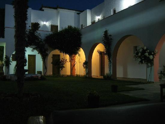 Castello Rosso Hotel: Nachts im Innenhof