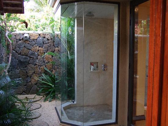 Maradiva Villas Resort and Spa: Outdoor and indoor showers