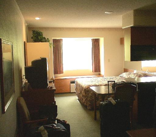 Monument Inn & Suites : Comfortable room complete with microwave and small refrigerator
