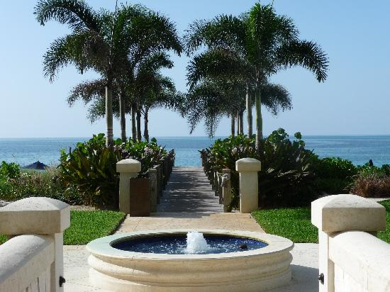 The Regent Grand : Ahhh the beautiful path to the beach